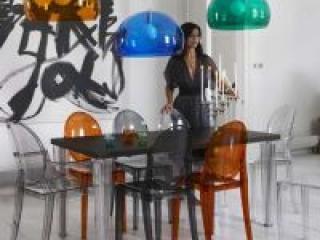 Прозрачные стулья – оригинальное решение для кухни