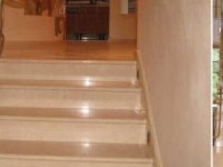 Лестницы с оформлением из натурального камня.